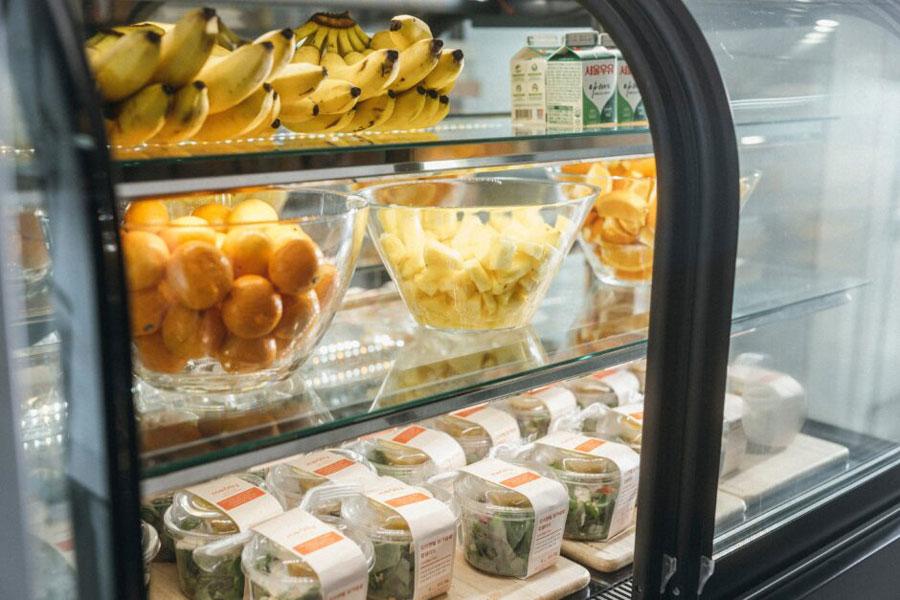 매일-아침-제공되는-신선한-과일과-샐러드