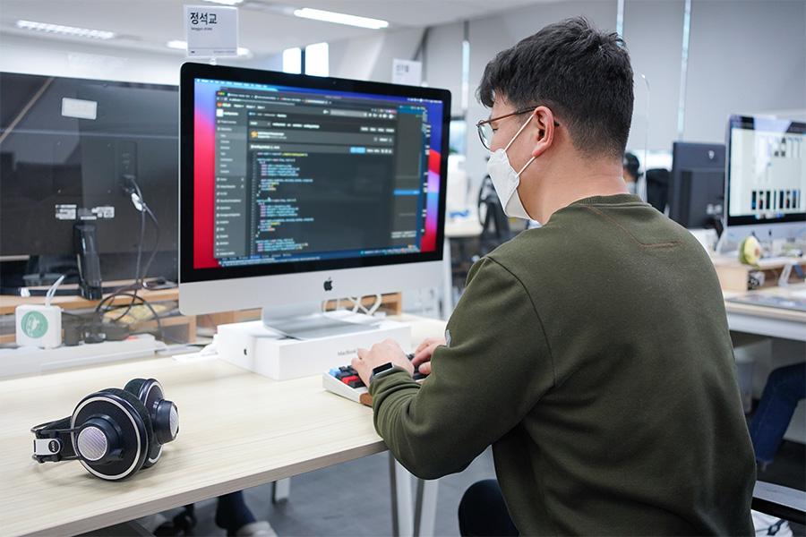 리디 개발자 정석교님의 업무 중 모습입니다. # 개발자 채용
