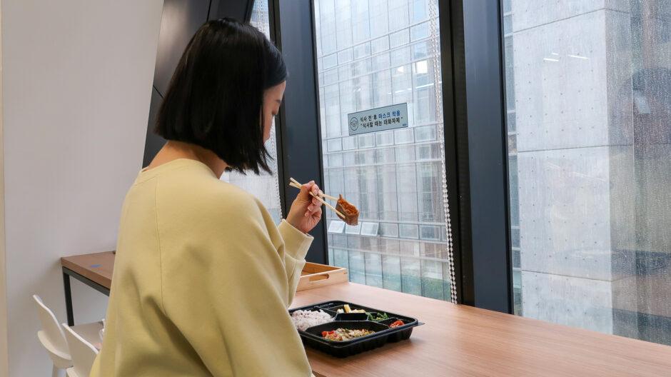 회사 점심 에 여유롭게 혼밥을 하는 모습